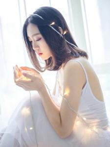 灯光白裙气质女神惆怅耀眼写真