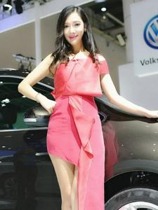 粉红长裙车模修长美腿笑颜耀眼吸引人