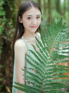 长裙气质少女荒野小溪边清纯写真甜美动人