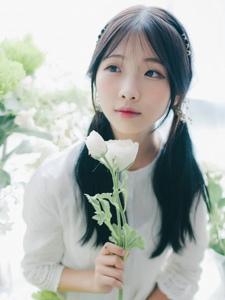 白皙纯美花的姿态清新迷人少女极致迷人写真