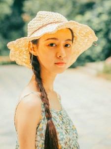 明媚阳光下的麻花辫草帽妹子养眼漂亮