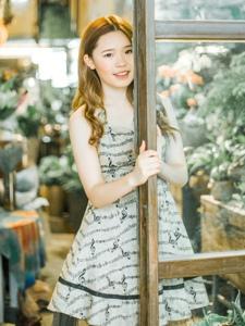 花房内的清新美女连衣裙甜美怡人