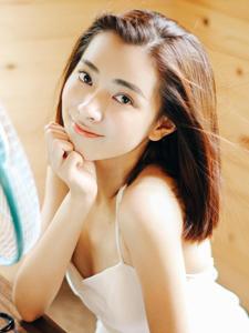 白皙气质的纯净美女夏日阳光生活写真