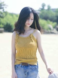 沙滩阳光白皙背心美女精致五官迷人