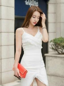 街头吊带白裙性感美模吸睛耀眼