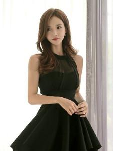 韩系嫩模养眼黑色蓬蓬裙甜蜜诱人