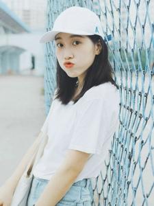 操场上的棒球帽休闲服饰明媚少女
