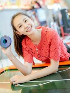 电玩城内的马尾青春美少女可爱活泼