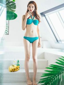 泳池内的比基尼美女长腿光滑美艳