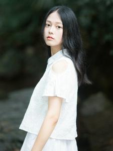 小溪上的白裙气质美女安静养眼动人