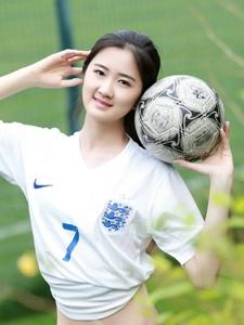 草地上的足球宝贝长腿白嫩甜蜜诱惑