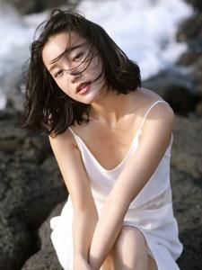 海边森系气质短发美女立体五官随性写真