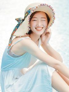穿吊带白裙的日系短发女孩清纯靓丽写真