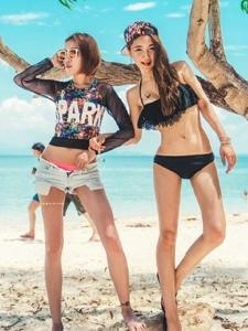 海滩上的活力姐妹花阳光随性养眼写真
