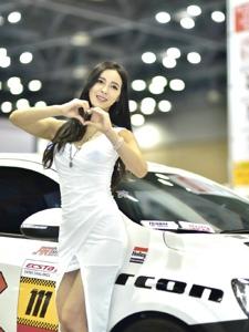 高挑车模白色连衣裙丰满曲线婀娜多姿