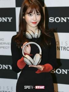 IU拼接线衫连衣裙出席Sony新品发布会展示耳机