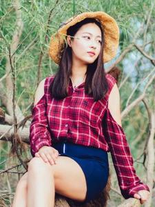 格子衬衫美女清新旅拍养眼写真