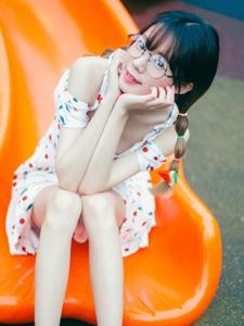 游乐场内的可爱眼镜少女卖萌甜美