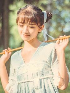 荒野处的可爱少女蜻蜓网娇美可人