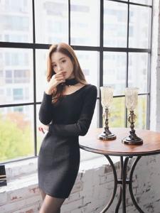 咬手模特黑色线衫裙凸显妖娆曲线