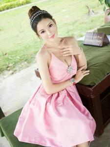 粉红吊带公主裙美模户外写真惹火美背太撩人