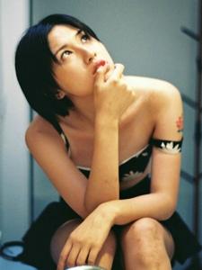 短发私房背心纹身美女安静寂寥写真