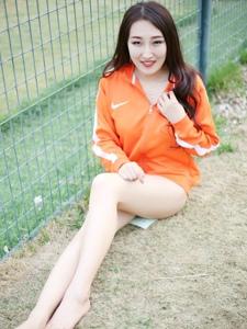 户外足球宝贝性感白嫩美腿笑容灿烂