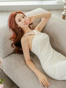 红发模特身形苗条躺卧沙发气质高雅