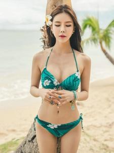 墨绿碎花比基尼美模闭月羞花沙滩写真