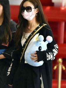 赵丽颖针织外套手抱玩偶亮相机场
