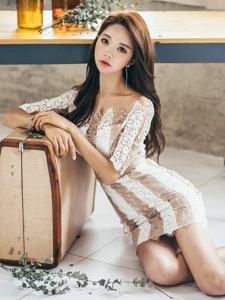 地板美模慵懒倚靠箱子裸肩蕾丝裙展完美曲线