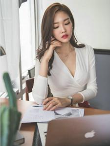 办公室认真工作的模特最美丝袜撩人