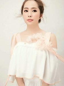清新脱俗模特洁白长裙娇羞可爱