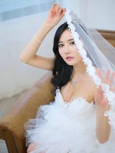 婚纱美模傲人上围脸庞精致披上头纱唯美梦幻
