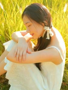 清新草地上的双马尾白裙姑娘素雅迷人