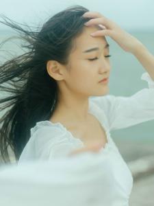 海岸边的白裙秀发飘扬妹子笑脸怡人