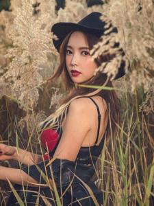冷艳红唇模特鲜艳内衣在杂乱草丛中好抢眼