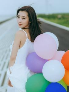 街道上的气球秀发女神活泼清新写真