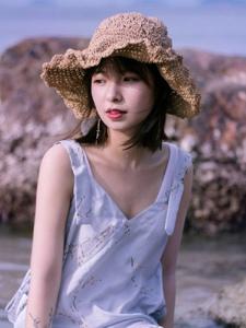 海岸边的草帽美女柔美可人写真