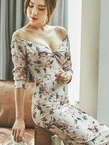 低胸碎花裙美模编成辫子垂向脑后粉面红唇