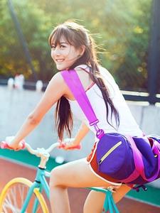 操场上的骑单车美女清新靓丽写真
