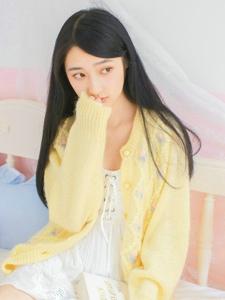 温暖私房内的乖巧少女文静温雅写真