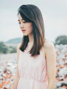废墟中的粉色美背裙气质美女养眼写真