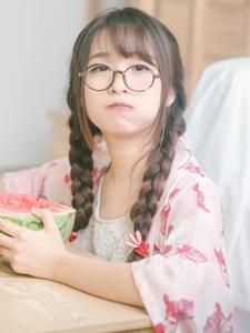 萌萌哒的零零后可爱麻花辫眼镜美女私房俏皮写真