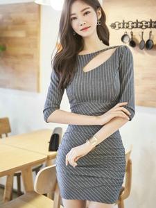 漂亮的条纹紧身裙美模气质迷人凸显好身材