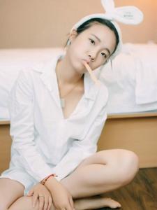 私房晨起少女白衬衫慵懒纯净写真