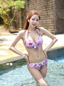 泳池里的碎花比基尼模特清爽写真照