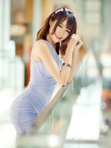 走廊上的紫罗兰礼服模特前凸后翘甜笑迷人
