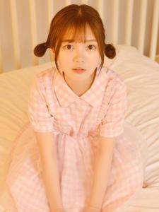 萌萌哒的刘海大眼婴儿肥美女温馨私房写真