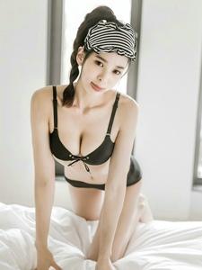 趴在床上的眼罩嫩模黑色内衣诱惑爱吐舌